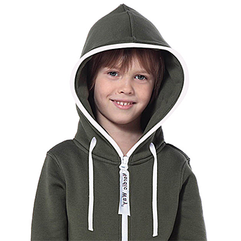 Модель в комбинезоне для детей с капюшоном